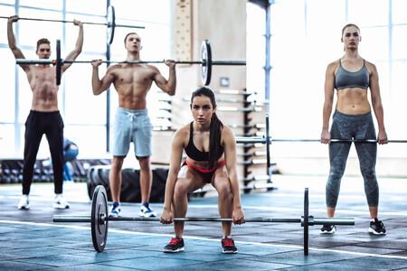 15 ejercicios solo con una barra olímpica y discos para entrenar todo tu cuerpo