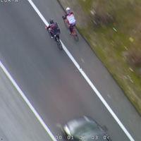 Sí, dos ciclistas pueden circular en paralelo y es legal adelantarles respetando los 1,5 metros de separación mínima