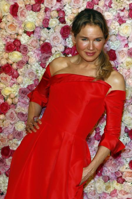 Renée Zellweger conquista París con un vestido rojo pasión en la premiere de 'Bridget Jones' Baby'