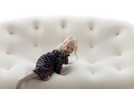 El comodísimo sofá Ploum, un diseño de los hermanos Bouroullec que te absorberá