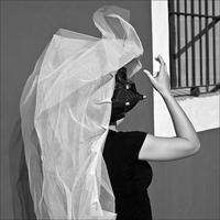 Una mujer con carácter y un vestido de novia en tul negro