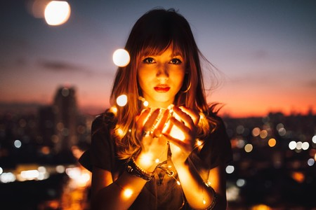 Mujer sujetando luces
