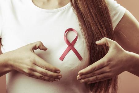 No, ni llevar sujetador ni utilizar desodorantes antitranspirantes causa cáncer de mama