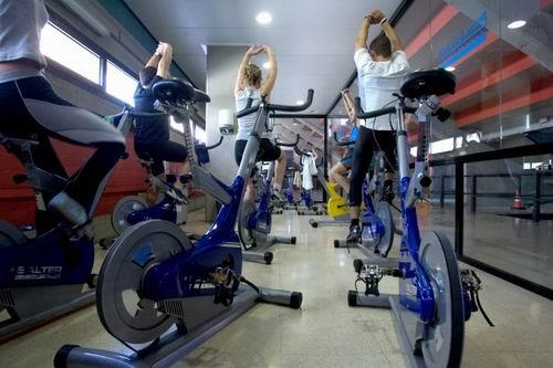 Clases de spinning preparados para quemar todas las calor as for Clases de spinning