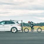 Porsche lo vuelve a hacer: 240 km/h en bicicleta, ¡a rebufo de un Cayenne Turbo!