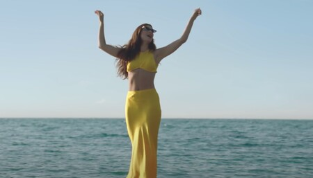 Sabemos de dónde es el conjunto viral de Lorde en el videoclip de Solar Power y madre mía que sigue disponible
