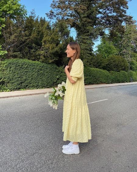 Nueve vestidos amarillos para llenar de vitalidad y buena energía tus looks de verano mientras resaltas tu bronceado