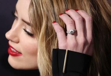 Amber Heard más feliz que una perdiz con semejante pedrolo en el dedo