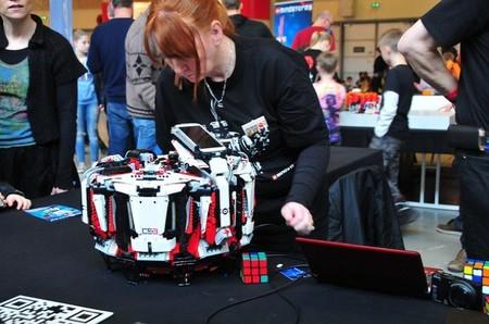El robot Cubestormer 3 hecho con piezas de Lego resuelve los cubos de Rubik en segundos