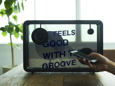 Con este altavoz no necesitas saber la letra de las canciones ya que te las muestra en su pantalla transparente