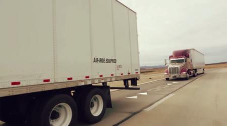 En el pelotón de camiones, el líder decide la velocidad de los demás (y la tecnología obedece)