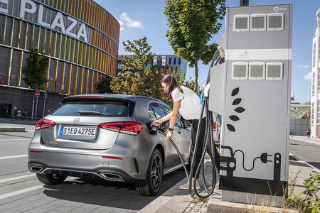 Daimler no desarrollará más coches híbridos enchufables: son demasiado complejos y caros