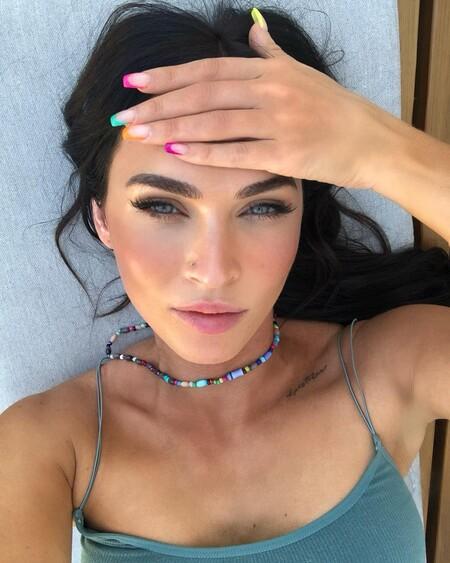 Megan Fox apuesta por una colorida manicura francesa dedicada al Día del Orgullo 2021