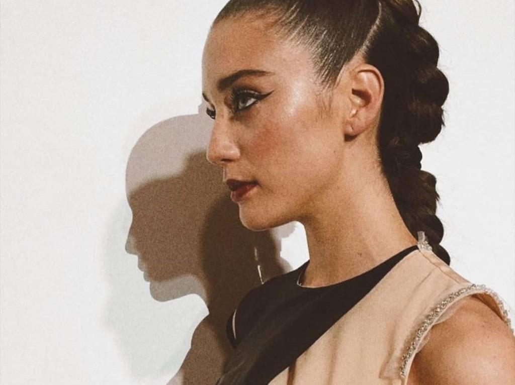 Te hablamos como lograr el maquillaje con eyeliner de María Pedraza paso a paso, segun su maquillador