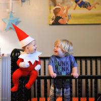 """Un padre de seis hijos recrea la tradición de """"Elf on the shelf"""" con ayuda de su bebé"""