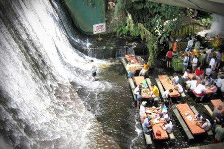 Un restaurante a los pies de una cascada