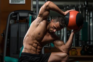 Un sólo balón medicinal para trabajar tu cuerpo al completo