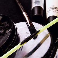 """El """"straw eyeliner"""" es el delineado de moda: negro, líquido y aplicado con pajita"""