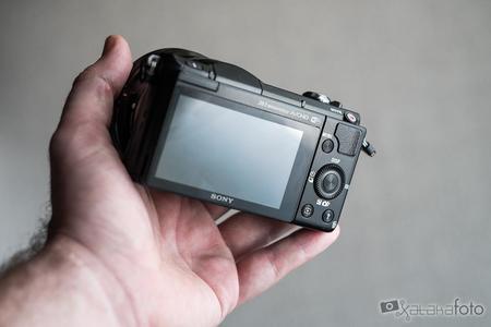 Sony A5000 pantalla en la mano