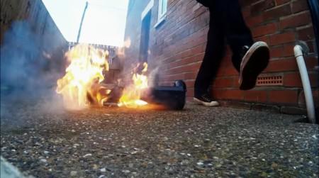 Observa otra hoverboard prenderse en llamas mientras un youtuber hacia un review