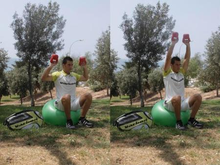 Preparación física en pádel. Press de hombros sobre fitball