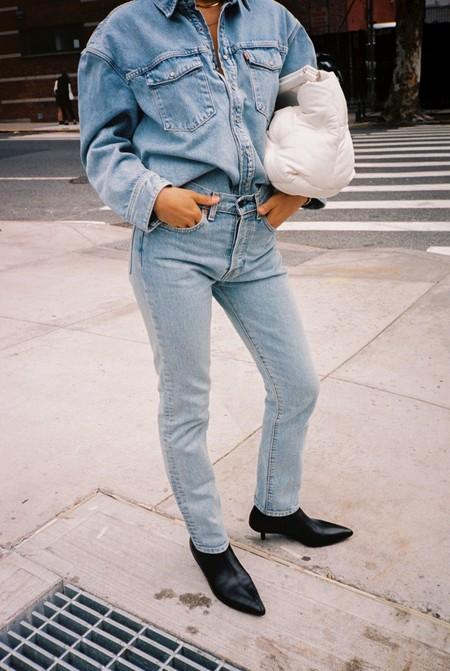 Combinar pantalones pitillo y botines es un acierto seguro. Palabra del street style