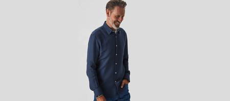 Llena de azul tu armario con las rebajas de Adolfo Domínguez con estas camisas en descuento