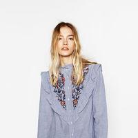 Blusa con volantes y embroidered de Zara