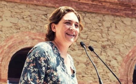 Ada Colau pide que los vecinos colaboren para detectar y sancionar pisos turísticos ilegales en Barcelona