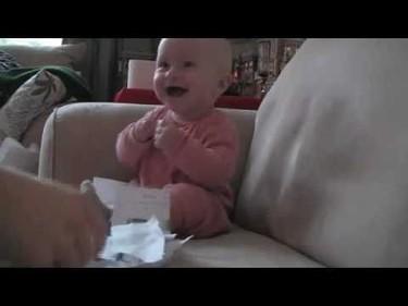 El bebé que se ríe a carcajadas al rasgarse papel