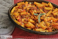 Receta de penne rigate con salsa de tomate, chorizo y salvia fresca