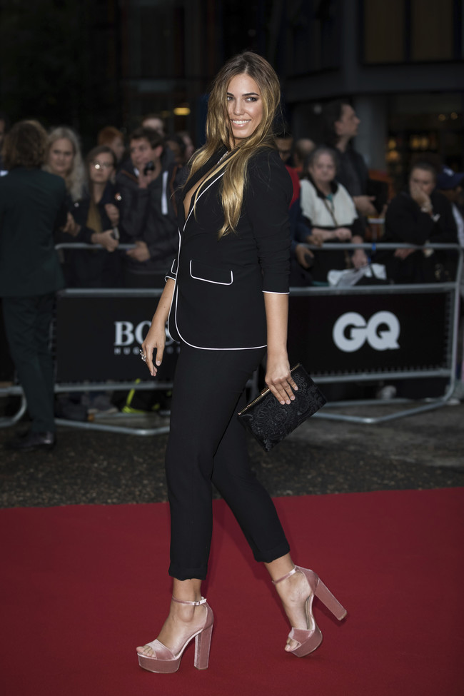premios gq hombre del año alfombra roja red carpet look estilismo outfit celebrities Amber Le Bon