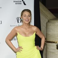 Blake Lively pasa de la mala suerte y triunfa de amarillo en la Opera de Nueva York