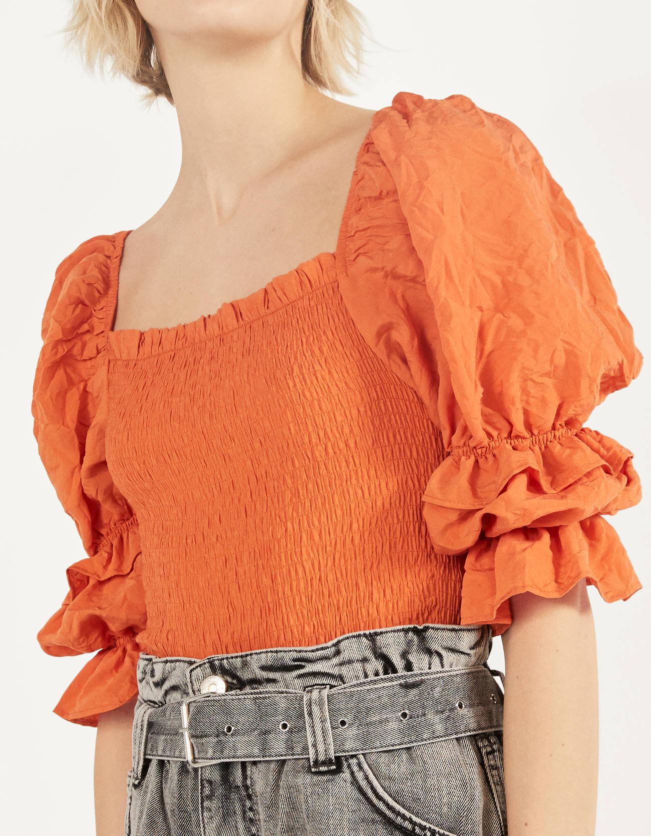 Blusa naranja con volumen
