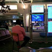 Alguien ha tenido la genial idea de jugar a la PS4 en la pantalla de un aeropuerto: la espera nunca fue tan amena