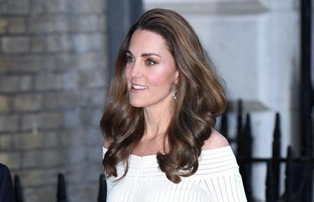 Kate Middleton impacta con un perfecto vestido blanco para las noches de verano