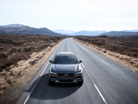 Volvo V90 Cross Country Driving