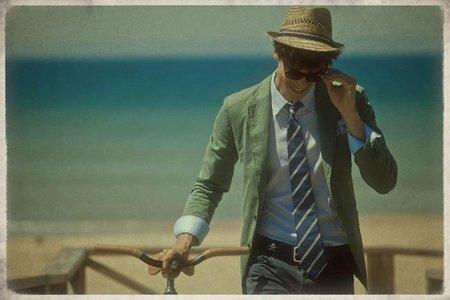 Vacaciones en la playa con corbata y pajarita según Scalpers