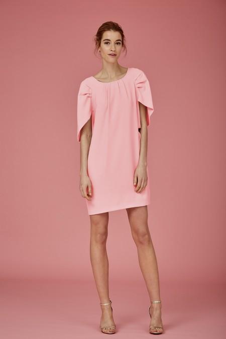 318e456bc Para bodas de día la opción correcta son los vestidos de cóctel. Este  sencillo modelo de Coosy con mangas abullonadas en color rosa es perfecto  para lograr ...