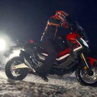 En este vídeo verás que Marc Márquez también ha probado la Honda X-ADV, ¡pero sobre la nieve!