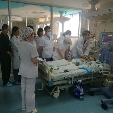 Un equipo de médicos realizó compresiones torácicas durante cinco horas para salvarle la vida a un niño de ocho años