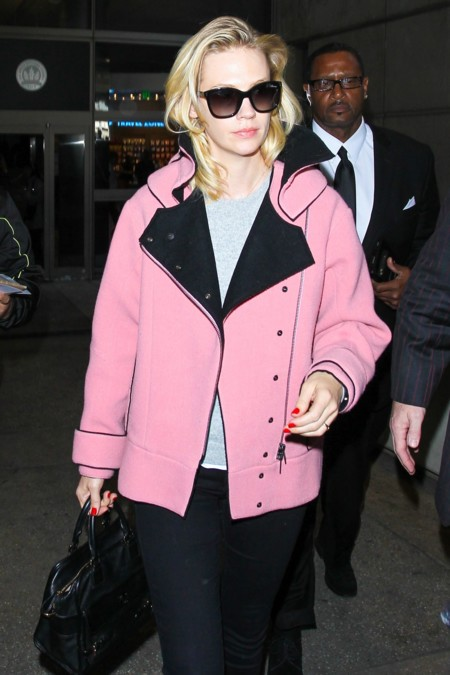 January Jones nos enseña como lucir una chaqueta rosa sin parecer cursi