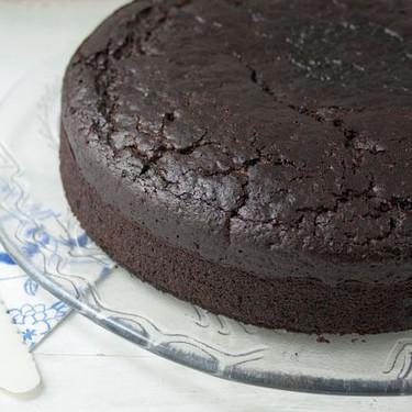 Cómo hacer bizcocho esponjoso de cacao sin huevo, receta fácil y deliciosa