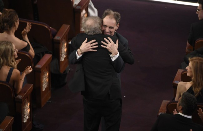 Spielberg y Rylance se abrazan