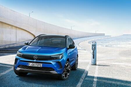 El Opel Grandland es el mismo SUV compacto, pero pierde una X a cambio de una estética más fresca y pantalla curvada panorámica