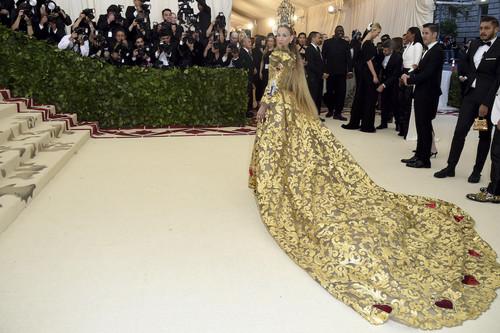 Gala MET 2018: Sarah Jessica Parker vuelve a darlo todo en esta alfombra roja. ¿Es demasiado su look firmado por Dolce & Gabbana?