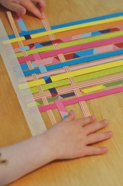 Trenzar tiras de papel de colores para convertirlas en un tapete, ¿te acuerdas?