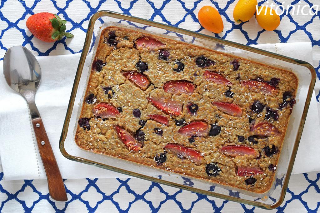 Avena horneada con arándanos, fresas y almendras: receta saludable para desayunos y meriendas
