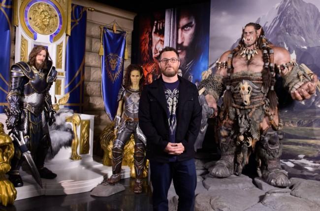 Duncan Jones posa junto a figuras de los protagonistas de Warcraft
