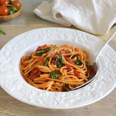 Tallarines o espaguetis con salsa de tomate y espinacas: receta en una sola olla para ahorrarnos complicaciones